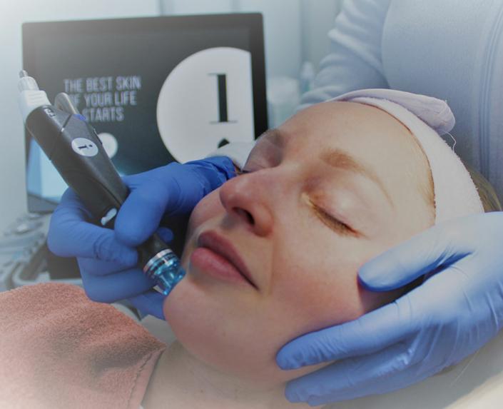 Frau mit geschlossenen Augen, während Hydrafacial