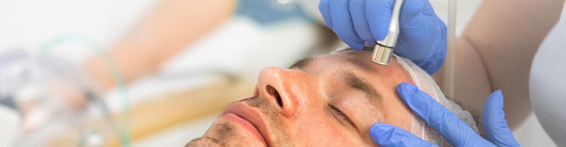 Ein Mann, der mit Lasertharapie behandelt wird